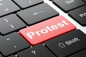 "Tangent med texten ""Protest"""